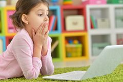 menina que usa o portátil moderno Foto de Stock Royalty Free