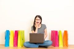 Menina que usa o portátil que encontra a informação das surpresas Fotografia de Stock Royalty Free