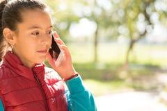 Menina que usa o smartphone Fotografia de Stock