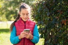 Menina que usa o smartphone Imagens de Stock Royalty Free