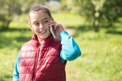 Menina que usa o smartphone Fotografia de Stock Royalty Free