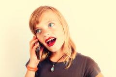 Menina que usa o smartphone - a foto com nostálgico aquece o efeito do contraste Fotos de Stock