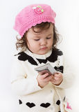Menina que usa o telefone esperto Fotografia de Stock Royalty Free