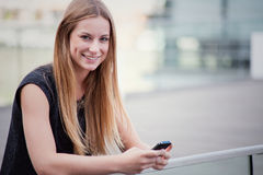 Menina que usa o telefone esperto Imagem de Stock Royalty Free