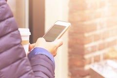 Menina que usa o telefone esperto na cidade fotografia de stock royalty free