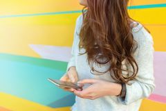 Menina que usa o telefone na cidade moderna Fotografia de Stock Royalty Free