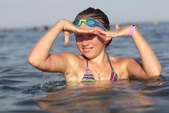 Menina que usa suas mãos como uma máscara Fotografia de Stock