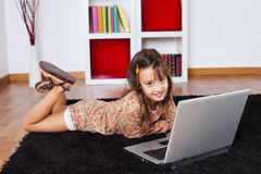 Menina que usa um laptop Imagem de Stock Royalty Free