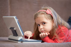 Menina que usa um portátil para crianças Fotos de Stock Royalty Free