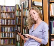 Menina que usa um tablet pc Fotografia de Stock