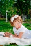 Menina que usa uma tabuleta Foto de Stock