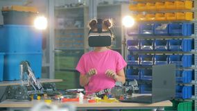 Menina que usa vidros de VR 4K vídeos de arquivo