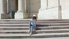 A menina que vê as vistas de Lisboa video estoque