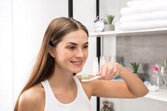 Menina que vai escovar os dentes imagens de stock royalty free