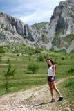 Menina que vai na caminhada da montanha Fotografia de Stock Royalty Free