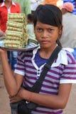 Menina que vende alimentos em Skun Imagens de Stock Royalty Free