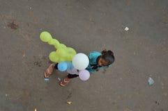 Menina que vende o balão na rua imagens de stock royalty free