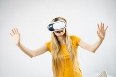 Menina que veste óculos de proteção da realidade virtual Foto de Stock