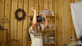 Menina que veste auriculares de VR em casa video estoque