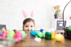 Menina que veste a casa de Bunny Ears And Peeking At imagens de stock