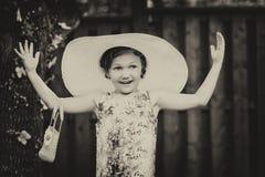 Menina que veste o chapéu desproporcionado de Sun - vintage fotografia de stock royalty free