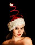 Menina que veste o chapéu espiral vermelho engraçado de Santa imagens de stock