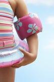 Menina que veste Ring And Water Wings inflável Fotos de Stock