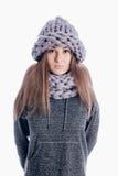 Menina que veste um lenço e um chapéu grossos Fotografia de Stock