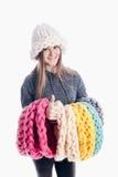 Menina que veste um lenço e um chapéu grossos fotos de stock royalty free