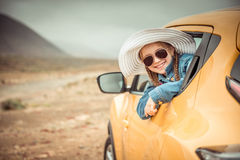 Menina que viaja pelo carro Foto de Stock