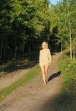 Menina que wolking ao longo do roud da floresta fotos de stock royalty free
