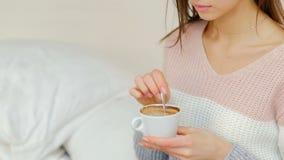 Menina quente da bebida da energia da manhã que agita o café filme