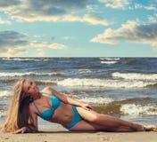 Menina quente na praia imagem de stock royalty free