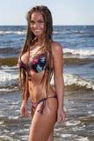 Menina quente na praia imagem de stock