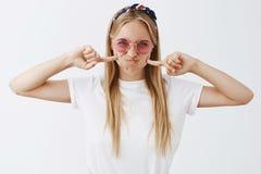 A menina quer ser parva e ter o divertimento hoje Mulher caucasiano rebelde e elegante atrativa nos óculos de sol e fotografia de stock