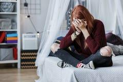 Menina rebelde que grita na cama fotografia de stock royalty free