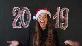 A menina recebe um presente pelo ano novo, a inscrição 2019 video estoque