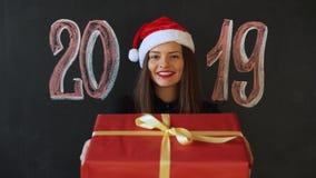 A menina recebe um presente pelo ano novo, a inscrição 2019 vídeos de arquivo