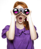 Menina red-haired adolescente com binóculos Fotografia de Stock