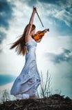 A menina red-haired com um violino Fotografia de Stock Royalty Free
