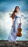 A menina red-haired com um violino Imagens de Stock Royalty Free