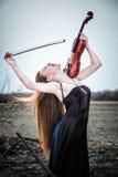 A menina red-haired com um violino Foto de Stock