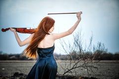 A menina red-haired com um violino Imagem de Stock