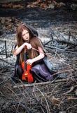 A menina red-haired com um violino imagens de stock