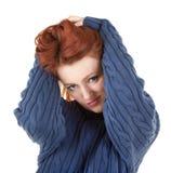 A menina Red-haired está tentando manter-se morno Imagens de Stock Royalty Free