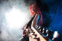 Menina Red-haired o guitarrista fotos de stock royalty free