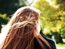 Menina Red-headed no parque Imagem de Stock Royalty Free