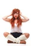 Menina redhairy feliz da mulher nos auscultadores brancos Fotografia de Stock
