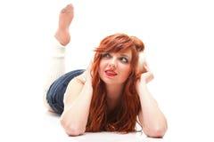 Menina redhairy feliz da mulher nos auscultadores brancos Foto de Stock Royalty Free