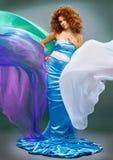 Menina redheaded da beleza no vestido da forma fotografia de stock royalty free